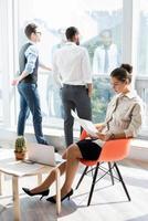 Geschäftsleute im Pausenraum foto