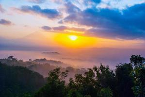 Sonnenaufgang über Merapi Vulkan und Borobudur Tempel, Indonesien