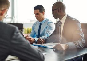 Führungskräfte in einem Management-Meeting foto