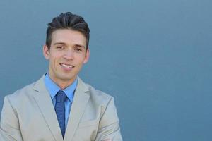 hübscher, lächelnder, erfolgreicher junger Geschäftsmann foto