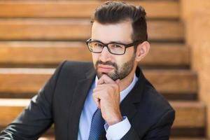 Porträt des selbstbewussten jungen Geschäftsmannes foto