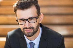 Porträt eines ernsten jungen Geschäftsmannes foto