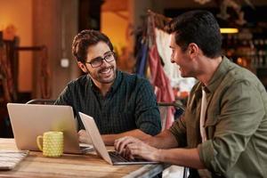 männliche Modedesigner beim Treffen mit Laptop foto
