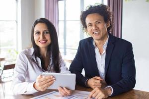 glückliche Geschäftskollegen diskutieren über Zusammenarbeit