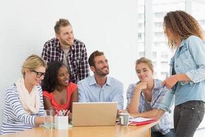 Team von Designern mit einem Meeting foto