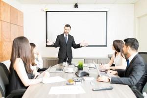 Gruppe von Geschäftsleuten mit Problemlösungstreffen foto