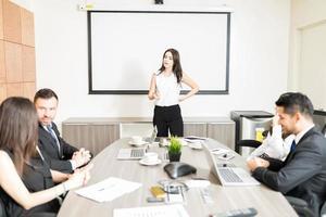 Regisseurin, die ihre Meinung zum Projekt im Sitzungssaal abgibt foto