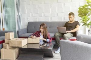 Kleinunternehmenskonzept. Paar, das zu Hause mit Online-Netzwerken zusammenarbeitet. E-Commerce-Technologie. foto