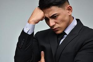 trauriger kolumbianischer Unternehmer, der Anzug und Krawatte trägt foto