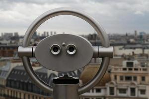 Astronomisches Teleskop und die Dächer von Paris foto