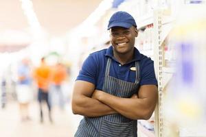 afrikanisches Supermarktarbeiterporträt foto