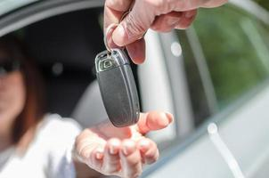 Mann, der einer Frau Autoschlüssel gibt foto