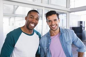 Porträt von männlichen Geschäftskollegen, die zusammen stehen foto