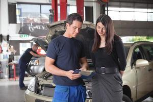 Mechaniker zeigt die Servicekosten foto