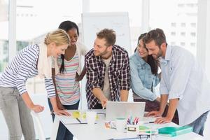 lächelndes Team von Designern, die ein Treffen haben foto