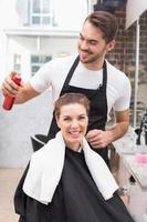 hübscher Friseur mit Kunde foto
