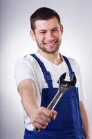 Arbeiter mit einem Schraubenschlüssel foto