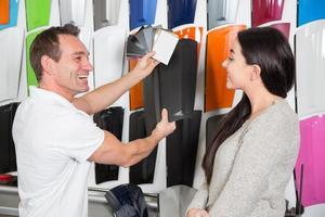Verkäufer, der einen Kunden über Autoverpackungsfolien berät foto