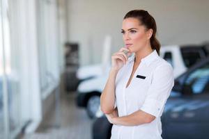 nachdenkliche weibliche Autohauschefin foto