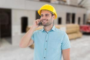 zusammengesetztes Bild des glücklichen männlichen Architekten, der auf Mobiltelefon spricht foto