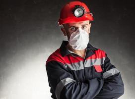 Bergmann mit Atemschutzmaske foto