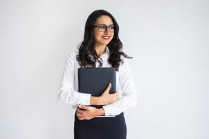 glückliche hübsche Geschäftsfrau, die Ordner hält foto
