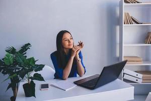 moderne junge sitzen an ihrem arbeitsplatz foto