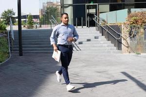 hispanischer junger Mann mit laufender Zeitung