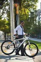 Büroangestellter mit Fahrradüberquerung Straße foto