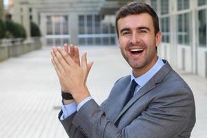 schöner fröhlicher Geschäftsmann, der isoliert klatscht foto