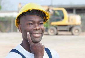 Denken afrikanischer Arbeiter hat eine Idee foto