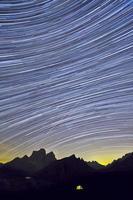 Startrail del Monte Pelmo da Forcella Giau foto