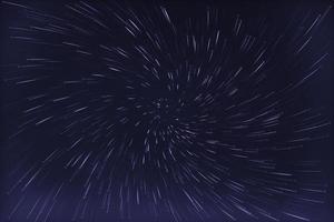 abstrakte Langzeitbelichtung von Wirbelsternspuren Hintergrund blau gefärbt