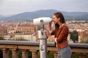 schönes Mädchen beeindruckt sehen das Panorama von Florenz bei Sonnenuntergang