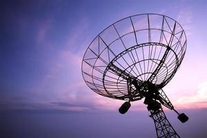 Silhouette der Satellitenschüsselantenne bei Sonnenuntergang
