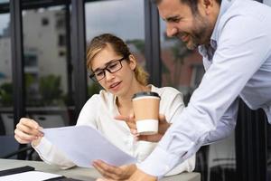 Geschäftskollegen diskutieren Berichte im Straßencafé