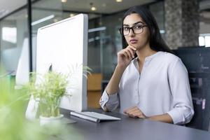 Porträt der ernsten jungen Geschäftsfrau im Amt foto