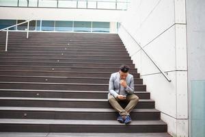 Beschäftigter Manager, der E-Mails auf Gadget im Freien überprüft foto