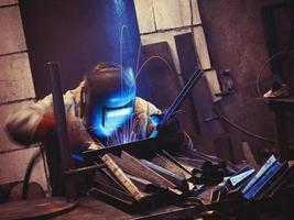 Arbeiter an seinem Arbeitsplatz schweißen