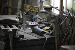 Werkbank in der Werkstatt foto