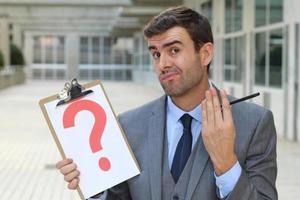 verwirrter Geschäftsmann mit einer Hauptfrage foto
