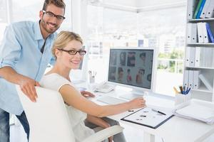 Seitenansicht Porträt von Bildbearbeitern, die am Computer arbeiten foto
