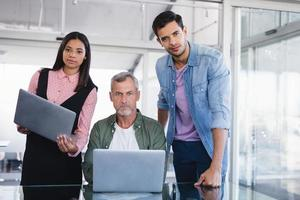 Porträt von Geschäftsleuten mit Laptops foto