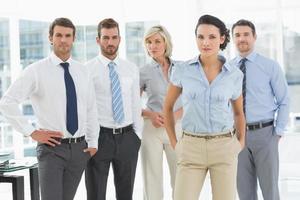 selbstbewusstes Business-Team zusammen im Büro foto