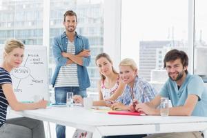 Gelegenheitsgeschäftsleute um Konferenztisch im Büro foto