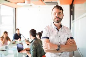 Gelegenheitsgeschäftsmann im Besprechungsraum foto