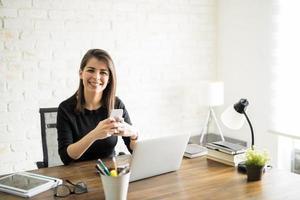 lateinische Frau SMS bei der Arbeit foto