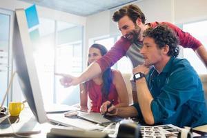 Kollegen mit einem Grafikblock foto