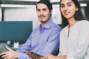 Porträt von selbstbewussten jungen Geschäftsleuten foto