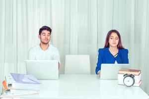 skeptische Mitarbeiter warten auf neuen Kollegen foto